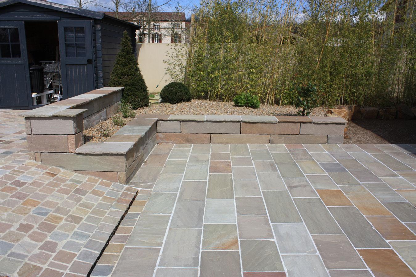 Dalles de terrasse gr s kandla brun for Plante pour bordure de terrasse